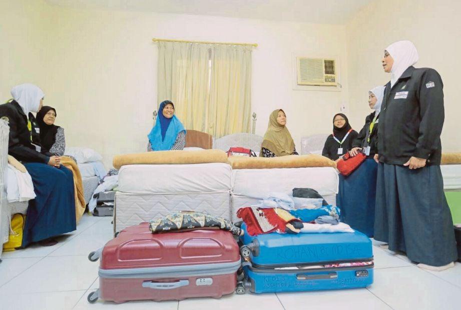 PETUGAS Unit Kaunseling mengadakan lawatan silaturahim dari bilik ke bilik jemaah.