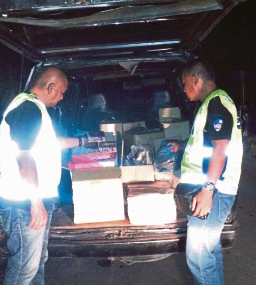 ANGGOTA PPM Wilayah Dua Johor memeriksa van mengandungi rokok seludup yang dirampas dalam operasi Ops Landai.