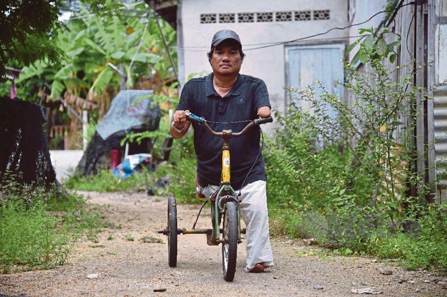 BASIKAL khas jadi kenderaan Wan Harun  untuk ulang alik.
