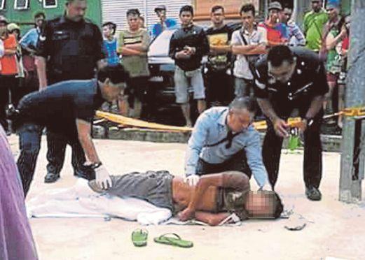 ANGGOTA polis memeriksa mayat mangsa.