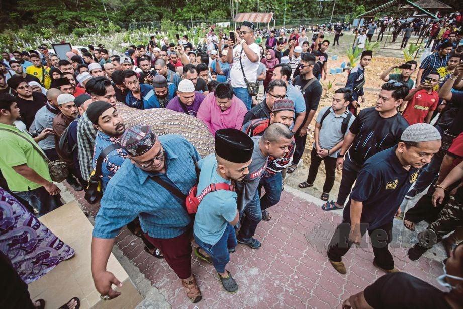 ORANG ramai tiba di Tanah Perkuburan Islam Jalan Sungai Pusu untuk pengebumian jenazah Abam.