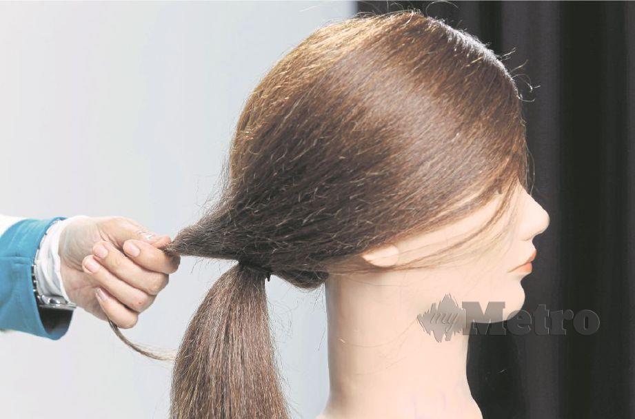 BAWA rambut sisi dan kemaskan bersama ikatan di bahagian bawah untuk membentuk gaya ekor kuda.