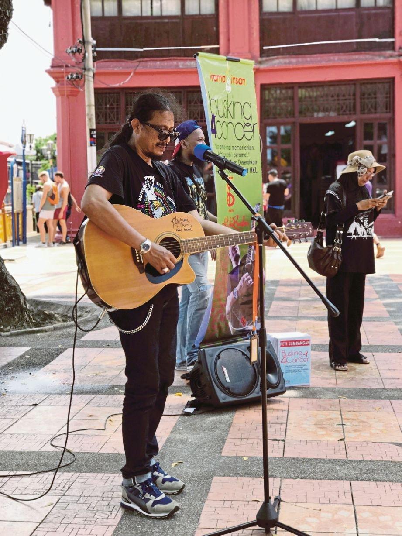 Syed Amran meneruskan jelajah busking di Banda Hilir, semalam.