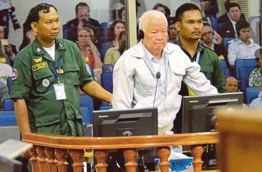 KHIEU Samphan didakwa melakukan pembunuhan beramai-ramai. - Agensi