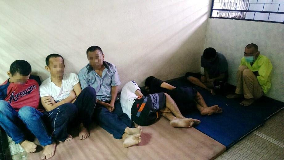 SEBAHAGIAN daripada penagih dadah yang dicekup dalam gerakan sekitar Pantai Dalam, semalam.