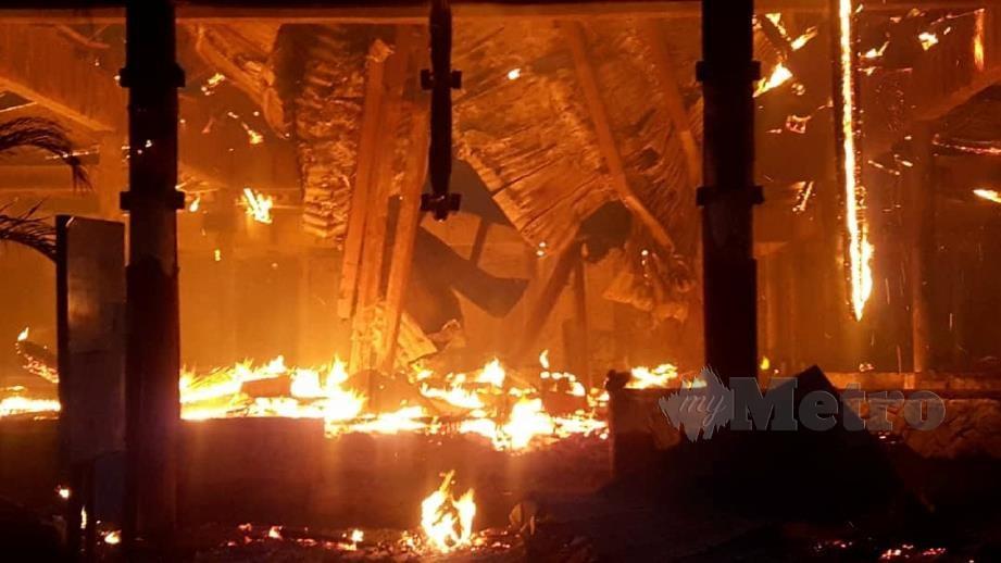 DUA blok bangunan serta restoran di Berjaya Tioman Resort musnah dalam kebakaran. FOTO ihsan Bomba