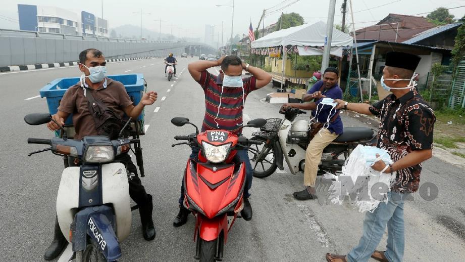 ARIF Ibrahim, 46, daripada pertubuhan bukan kerajaan (NGO) mengedarkan penutup hidung dan mulut percuma kepada orang ramai di Bayan Lepas. Indeks Pencemaran Udara (IPU) pada jam 1 tengah hari sangat tidak sihat di kawasan Balik Pulau (253) dan Minden (223) serta tidak sihat di Seberang Jaya (172) dan Seberang Perai (180). FOTO Rosli Ahmad