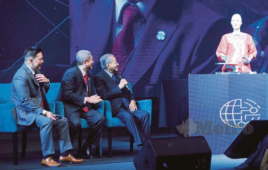 DR Mahathir berpeluang mengadakan sesi soal jawab dengan robot sosial Sophia yang antara lain menyentuh masa depan teknologi AI dan sumbangannya untuk Malaysia pada Sidang Kemuncak Melangkaui Paradigma: Mendorong Revolusi Industeri 4.0 di Mitec, semalam.