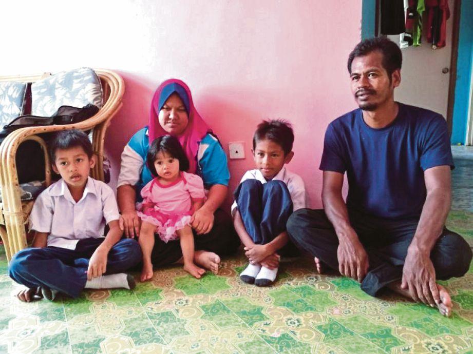 Kamaluddin bersama isteri dan anak mereka Mohd Hasli Wafi (dua dari kanan) serta Mohamad Amirul Mussodiqin (kiri).