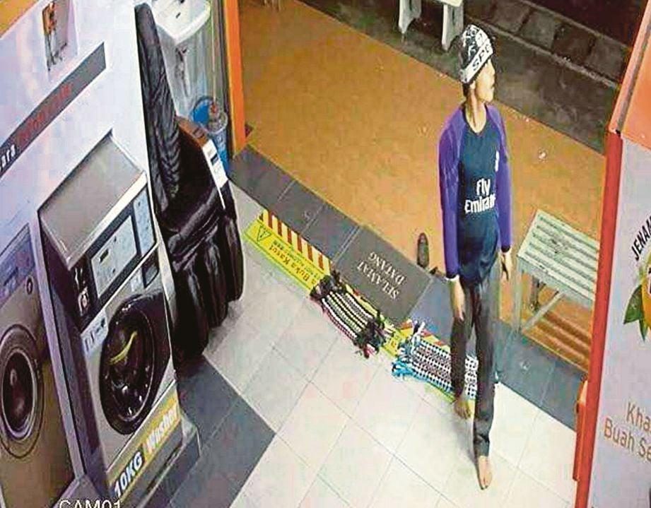 SUSPEK pecah kedai yang dirakam CCTV.