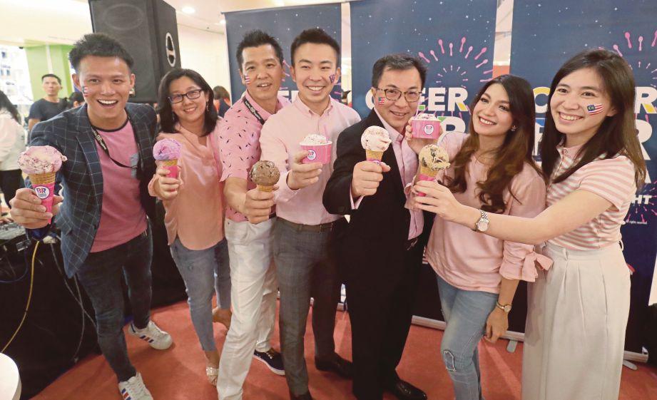 Cheah (tiga dari kanan) bersama Amyra  (dua dari kanan)  melancarkan program Free Scoop Night.
