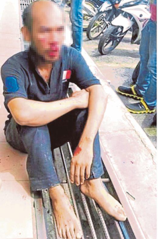 SUSPEK ditahan orang ramai sebelum diserahkan kepada polis.