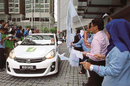 KAKITANGAN PMB Investment membawa kenderaan berlogokan Pelaburan Mara.