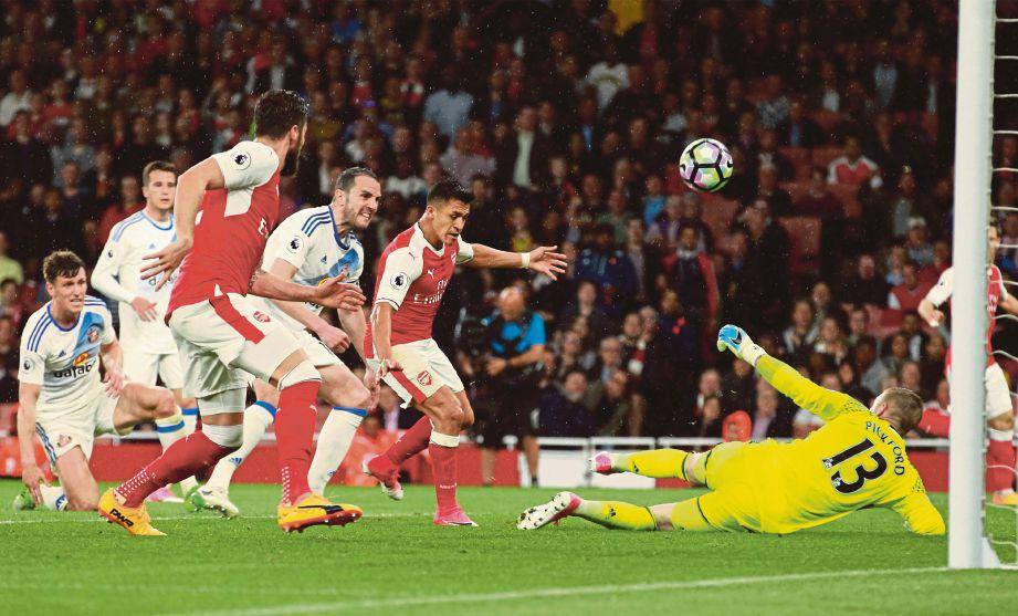 SANCHEZ (dua dari kanan) jaring gol pertama Arsenal.