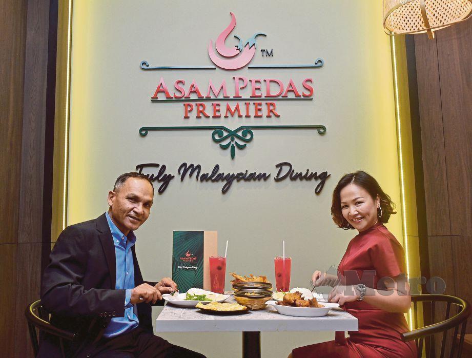 AZMI dan isteri, Noor Asylynna mempromosikan menu makanan mereka di Tropicana Gardens Mall.