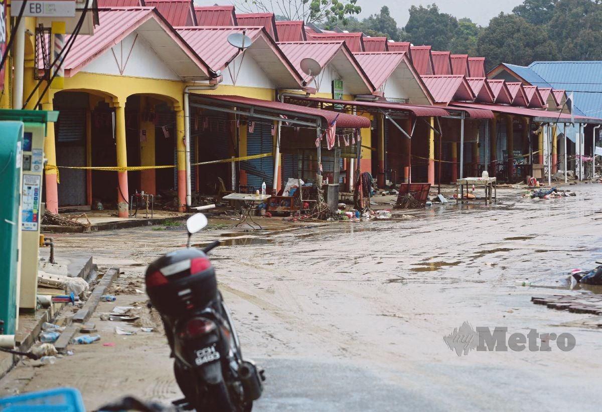 BANYAK premis perniagaan terjejas teruk akibat banjir.