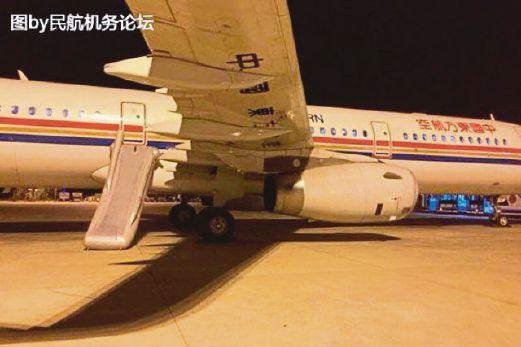 GELUNGSUR kecemasan terpasang selepas seorang penumpang membuka pintu kecemasan pesawat ini.
