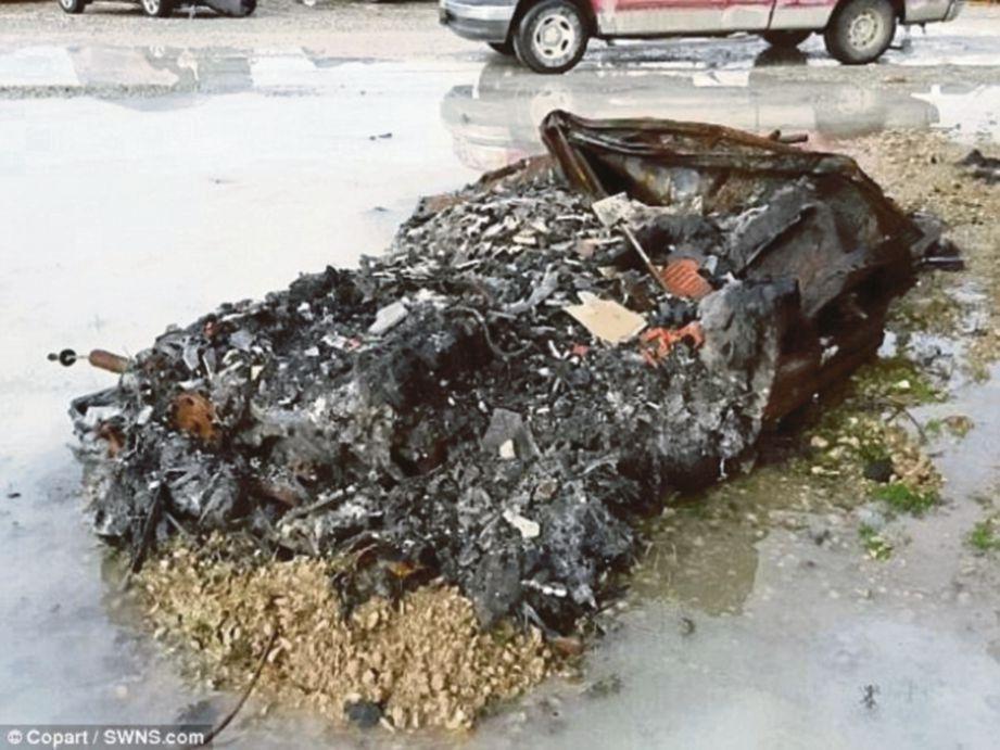 Sebuah kereta sport rentung terbakar bakal dilelong