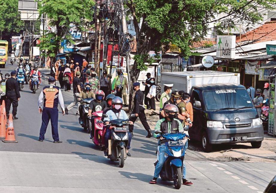 Polis Indonesia menjalankan sekatan jalan raya sempena pelaksanaan PSBB sejak 10 April lalu.