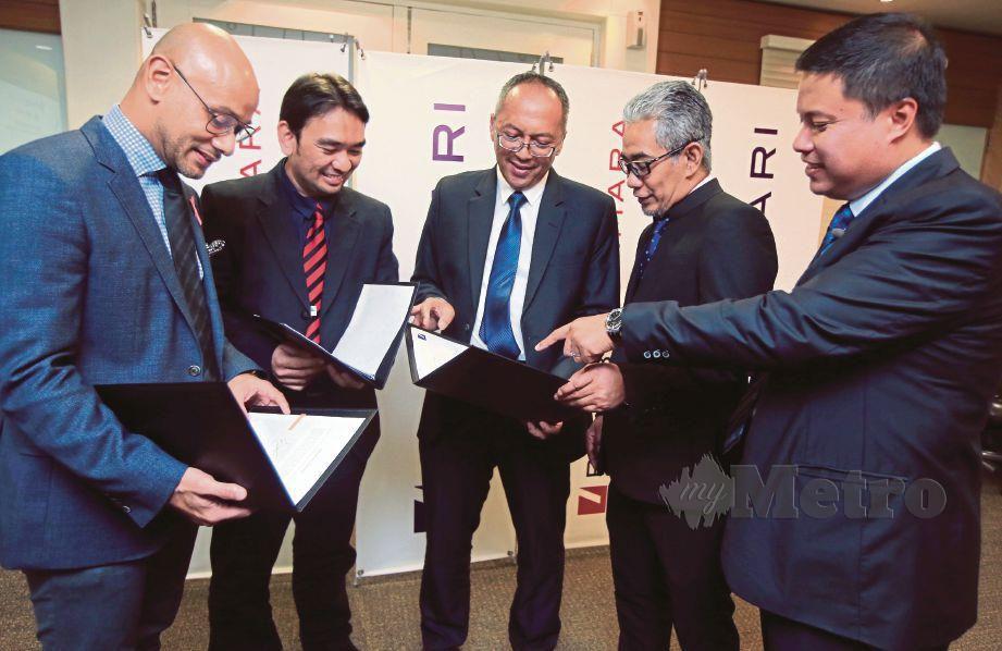 WAN Sazriz   (kanan)  pada Majlis Menandatangani Surat Tawaran Pembiayaan Kewangan PMB Tijari.