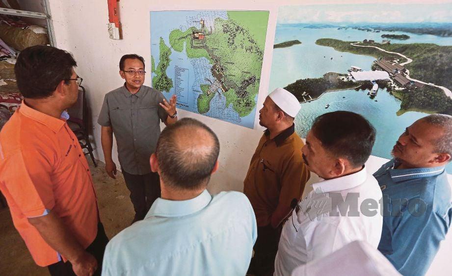 DR Ahmad Samsuri (kiri) ketika melawat tapak projek pulau bebas cukai di Pulau Bayas, Tasik Kenyir.
