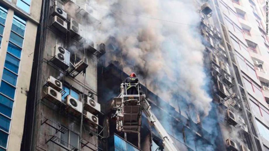 KEBAKARAN bangunan itu belum dipastikan puncanya. -Foto CNN