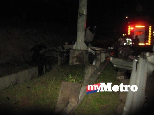 KEADAAN kenderaan mangsa yang terperosok dalam longkang selepas merempuh tiang papan tanda. FOTO ihsan Bomba