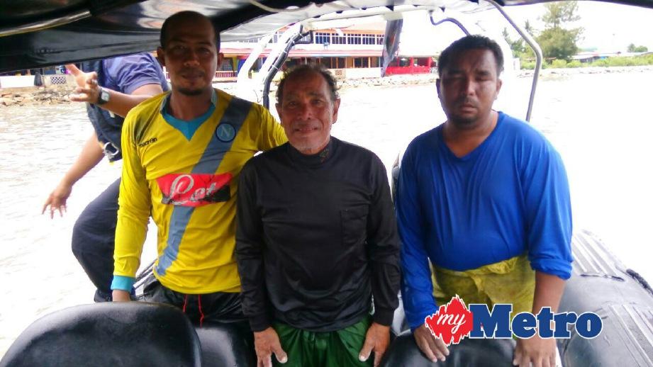 MOHD Noor (tengah) bersama Zainudin (kanan) dan Muhamad Shukri (kiri) yang diselamatkan. FOTO ihsan APPM