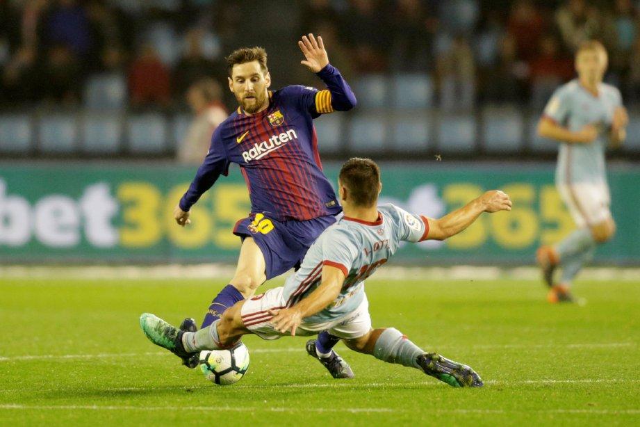 AKSI Messi (kiri) diasak pemain Celta Vigo. - Foto REUTERS