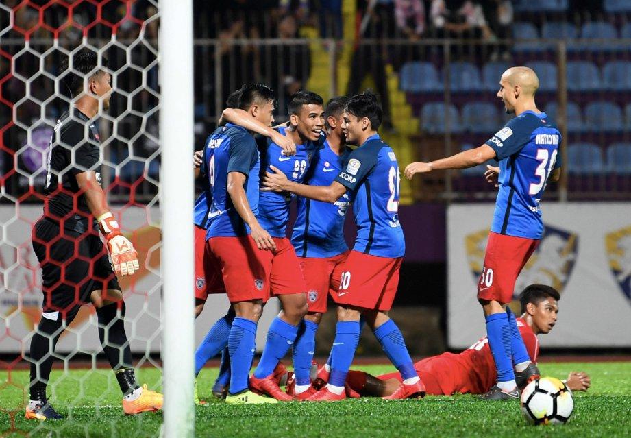 SAFAWI (tengah) meraikan gol ledakannya ketika menentang UiTM FC di Stadium UiTM, sebentar tadi. - FOTO BERNAMA
