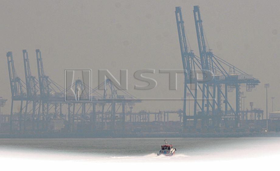 JARAK penglihatan sekitar Pelabuhan Klang kelihatan terbatas akibat jerebu.