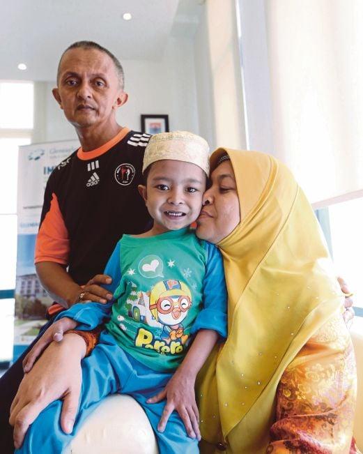MUHAMMAD Ammar bersama Marina dan Che Mohd Asri.