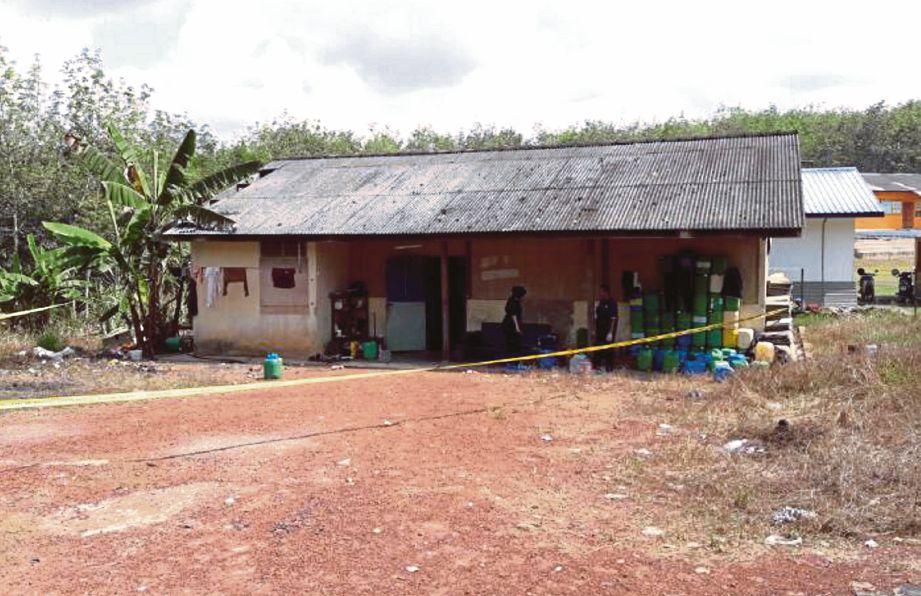 ANGGOTA polis menjalankan siasatan di lokasi mayat lelaki dibunuh teman serumah di Estate Belenggu Hall, Mentakab.