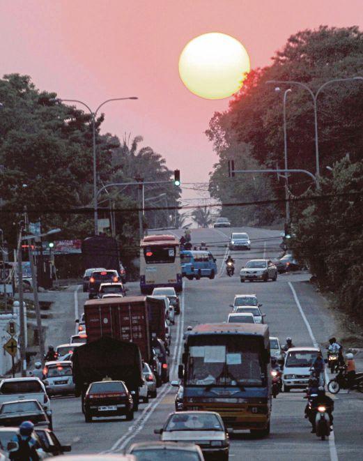 PANORAMA mentari senja dirakam di Jalan Juru, Bukit Mertajam, Pulau Pinang, semalam.