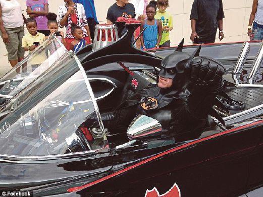 ROBINSON dengan kostum lengkap Batman di dalam kereta Batmobilenya.