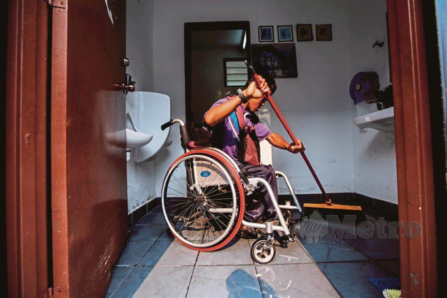 MENGERAH kudrat tolak kerusi roda empat kilometer untuk cuci tandas. FOTO Syarafiq Abd Samad