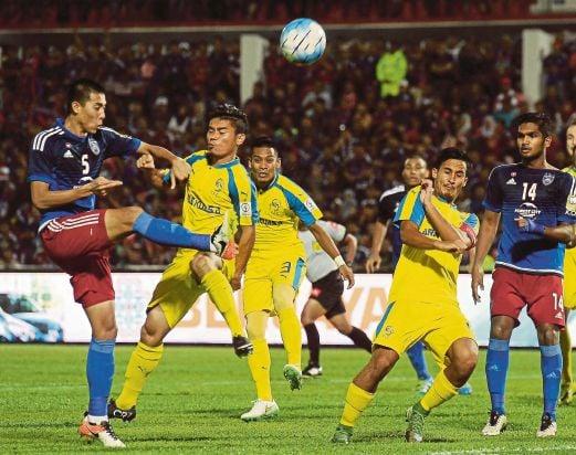 AMIRULHADI (kiri) merembat bola ke gawang lawan.