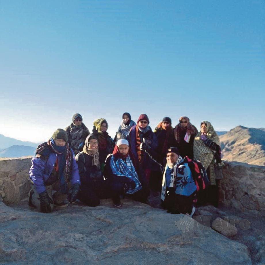 PENULIS  (duduk dua dari kanan) bersama rombongan Asmaul Husna berjaya sampai ke puncak Bukit Tursina.
