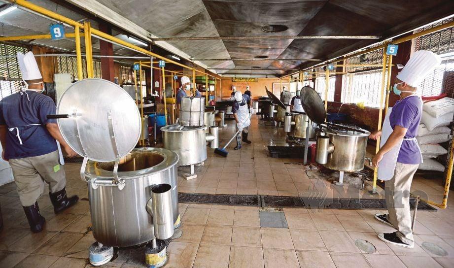 PENGHUNI Penjara Marang menyiapkan makanan untuk banduan.