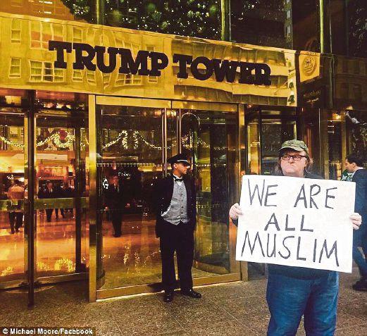 MOORE menunjuk perasaan di hadapan Menara Trump di New York.