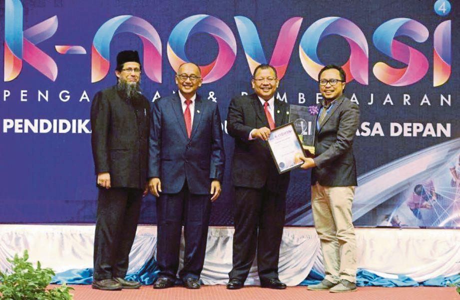 Salman (kanan) menerima sijil dan piala sebagai pemenang keseluruhan k-novasi Pengajaran dan Pembelajaran UKM ke-3 daripada Naib Canselor UKM, Prof Tan Sri Dr Noor Azlan (dua dari kanan).