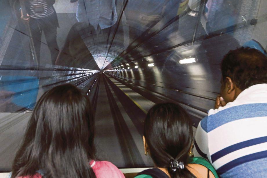 ORANG ramai mengambil peluang menggunakan perkhidmatan MRT secara percuma.