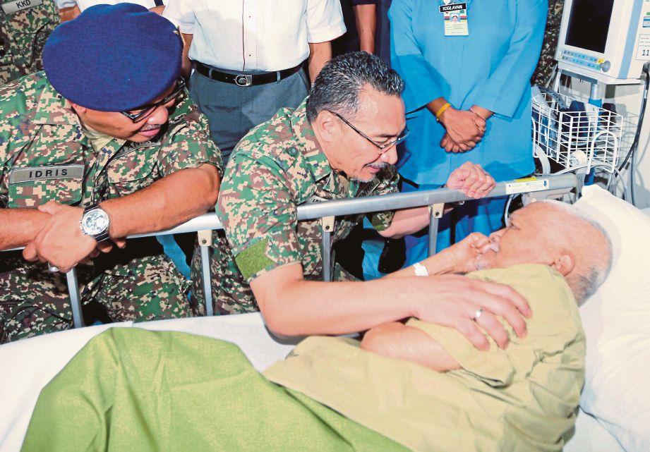 HISHAMMUDDIN (tengah) melawat pesakit, Mohamad Zain Atan, 68, di Hospital Angkatan Tentera Kem Terendak, Sungai Udang.