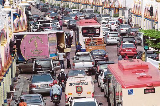 KEADAAN Jalan Brickfields yng sesak kerana pemandu memberhentikan dan meletakkan kereta sesuka hati.