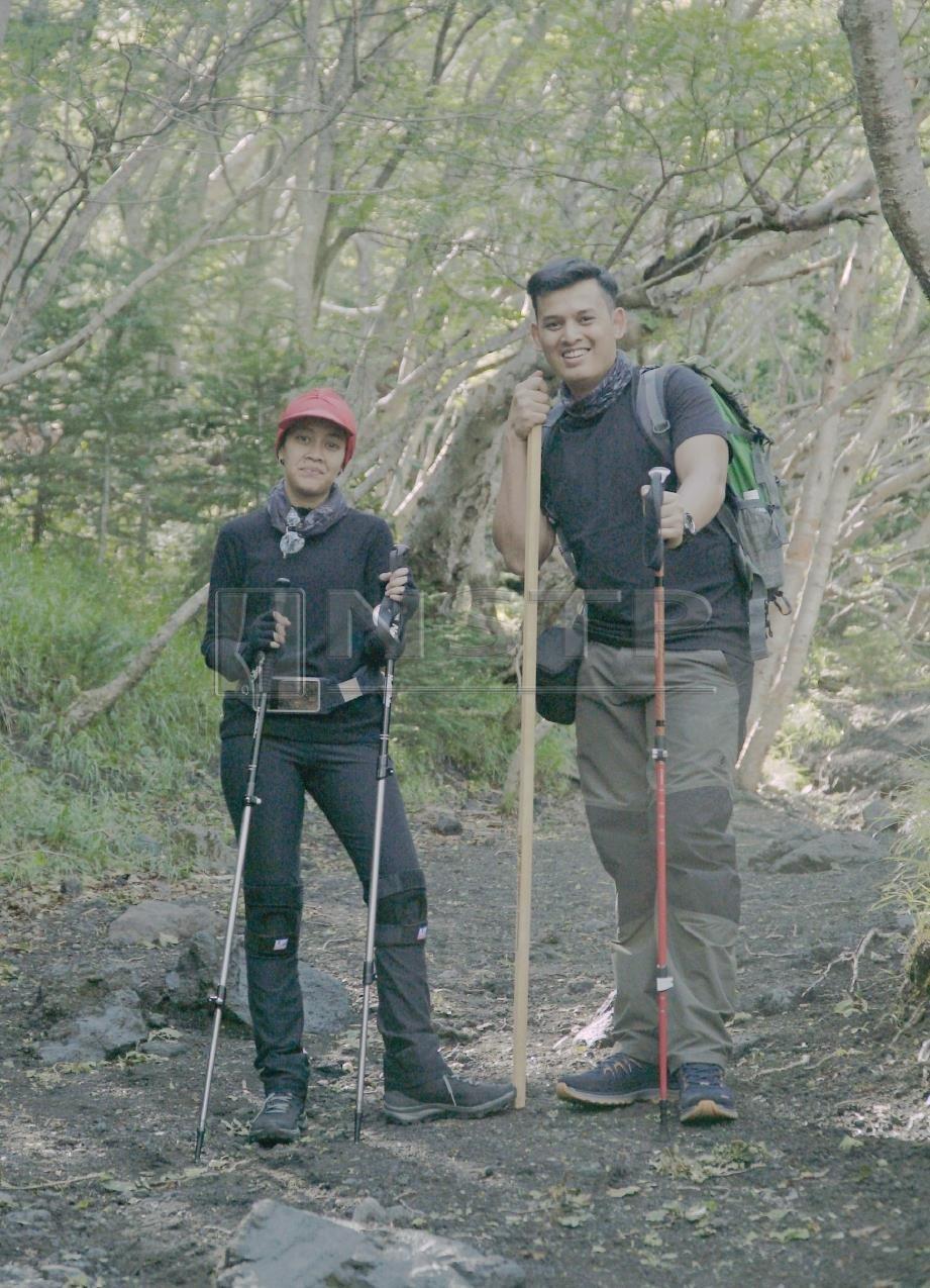 PELAJAR Universiti Lim Kok Wing, Raja Mohamad Amin Raja Azhar (kanan) dan Saidatul Nurlin Ahmad Hishamnuri melakukan ekspedisi menawan Gunung Fuji, Jepun bagi menghasilkan dokumentari khas projek akhir semester.