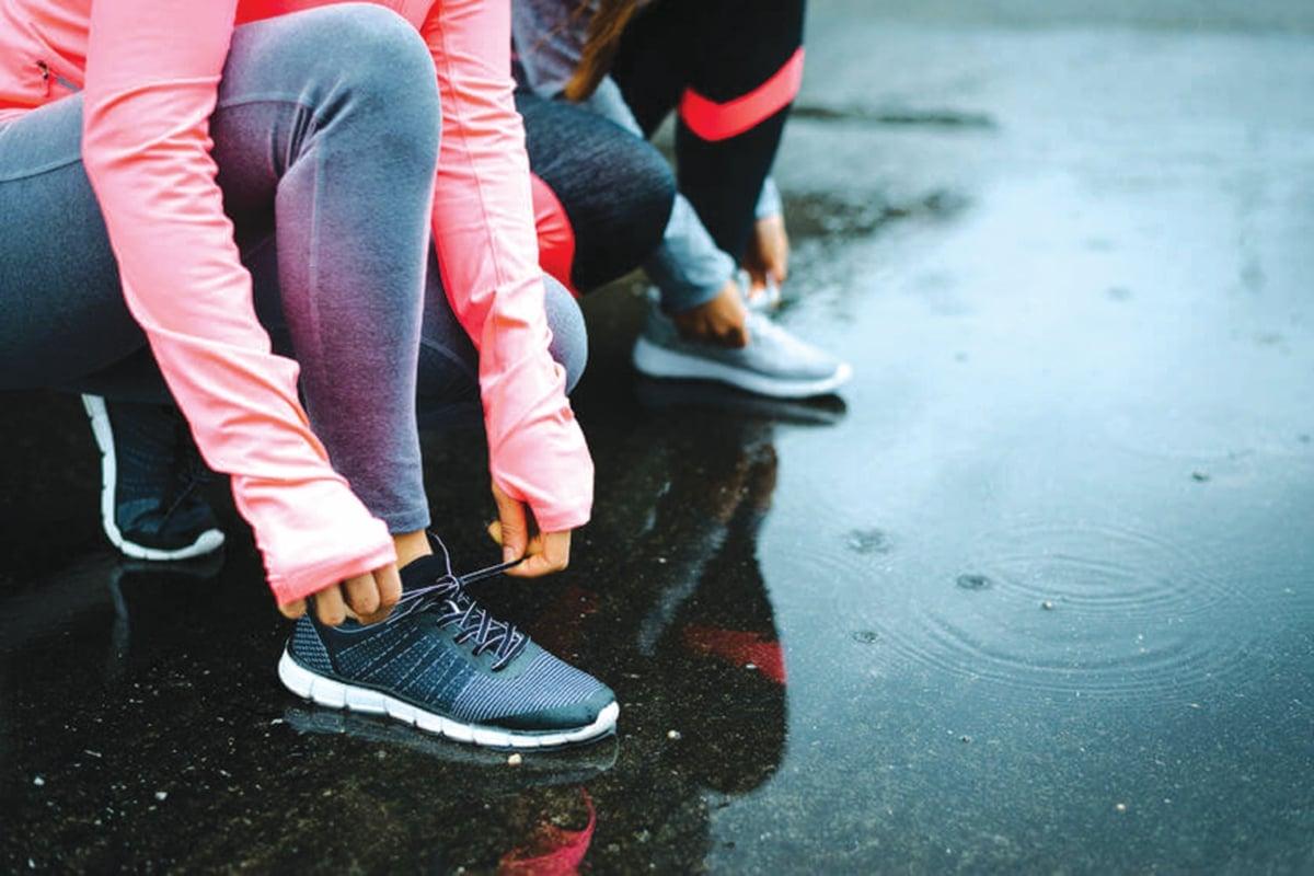 PILIH kasut sukan yang bersesuaian untuk keselesaan berjalan laju.