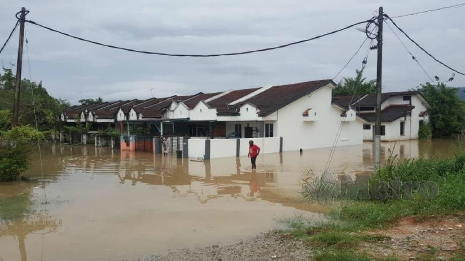 ANTARA penempatan penduduk yang terjejas akibat banjir kilat di Beruas, Manjung. FOTO Ihsan Pembaca