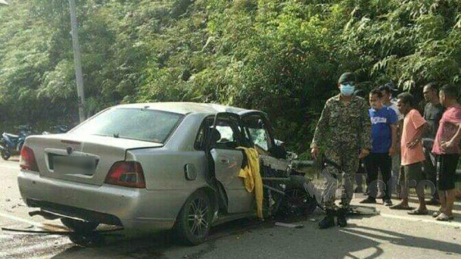 KEADAAN kereta dipandu mangsa selepas bertembung dengan pikap. FOTO Ihsan Pembaca