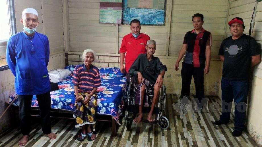 ABDUL Rahman (kanan) ketika melawat keluarga warga emas ini di rumahnya di Pasir Panjang, Linggi, Port Dickson. FOTO Mohd Khidir Zakaria