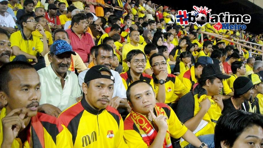 Ahmad Zaini (dua dari kiri) bersama penyokong Hobin Jang Hobin. FOTO MOHD AMIN JALIL.